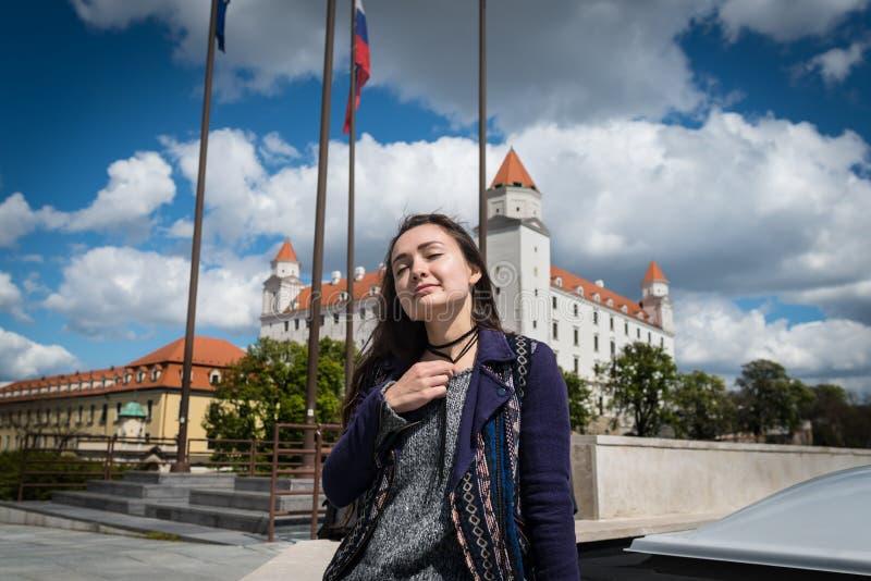 Młoda kobieta siedzi na kwadracie z widokiem na kasztelu fotografia royalty free