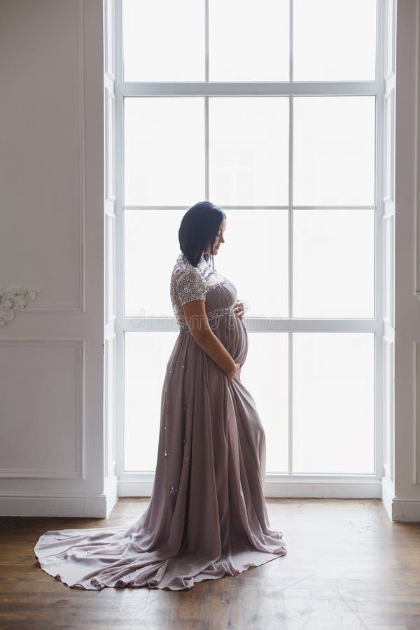 Młoda kobieta w ciąży w lekkim klasycznym wnętrzu obrazy royalty free