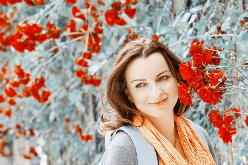 Młoda kobieta w ogródzie pod czerwonych róż altanką obrazy royalty free