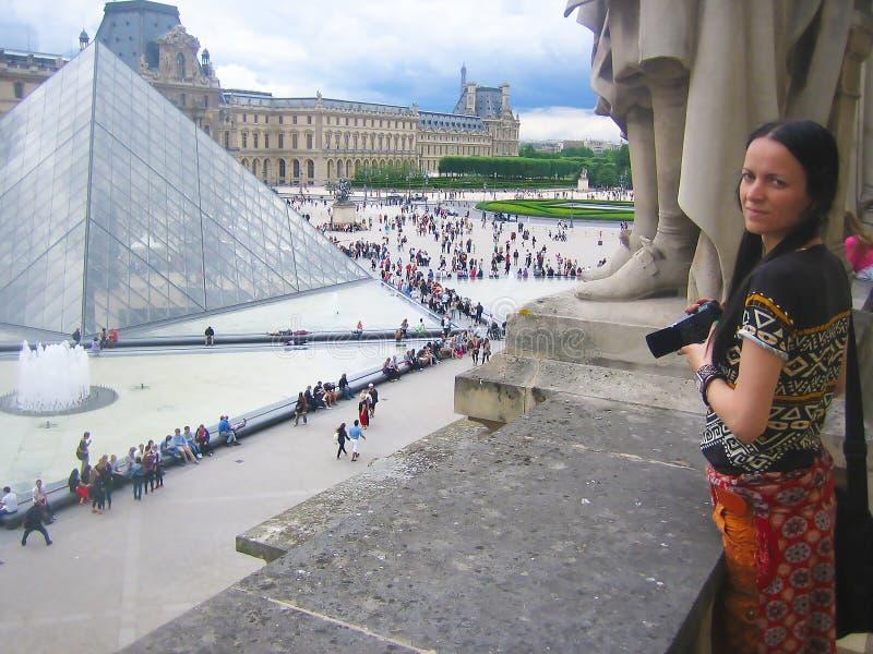 Młoda kobieta w Paryż, Francja zdjęcia stock