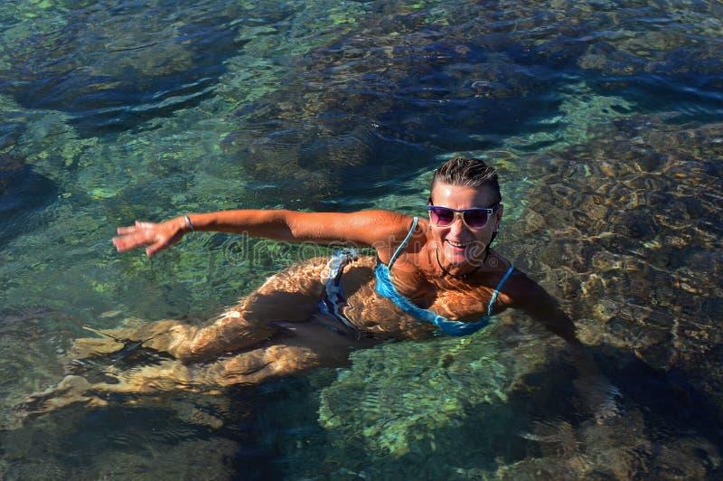 Młoda kobieta w swimsuits pławikach obrazy stock