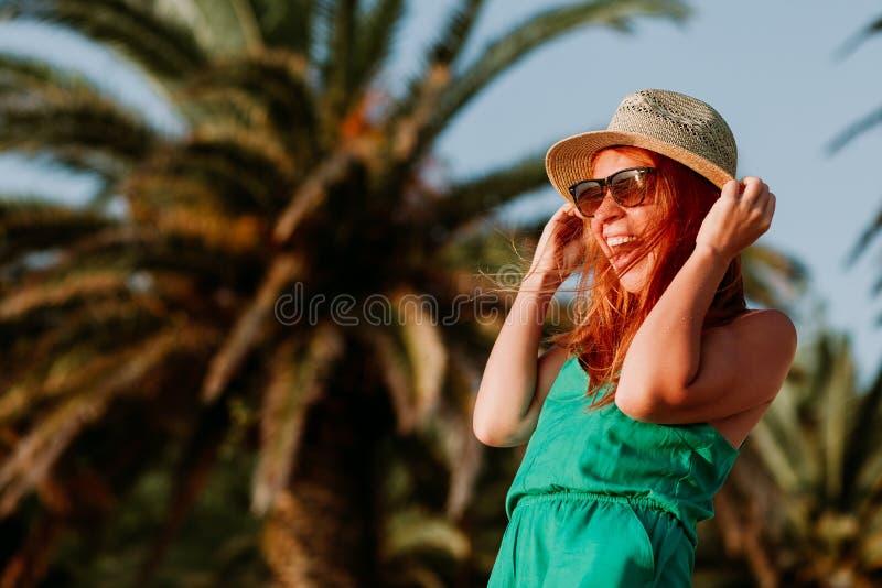 Młoda kobieta w wiatrze drzewkami palmowymi obrazy stock