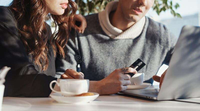 Młoda kobieta Wręcza mienie kartę kredytową przed laptopem dof ręce karty ogniska płytki zakupy online bardzo zdjęcie royalty free