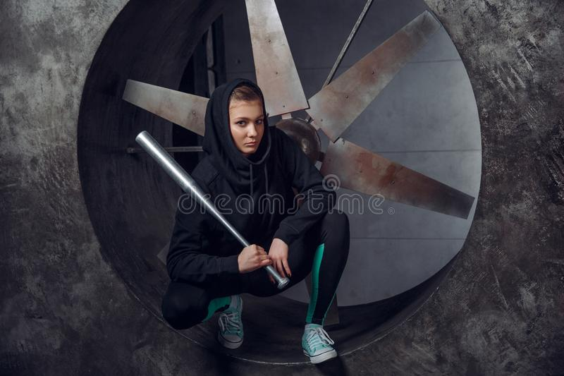 Młoda osoba z metalu nietoperzem przeciw tłu śmigło zdjęcia royalty free