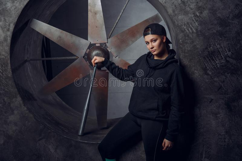 Młoda osoba z metalu nietoperzem przeciw tłu śmigło fotografia royalty free