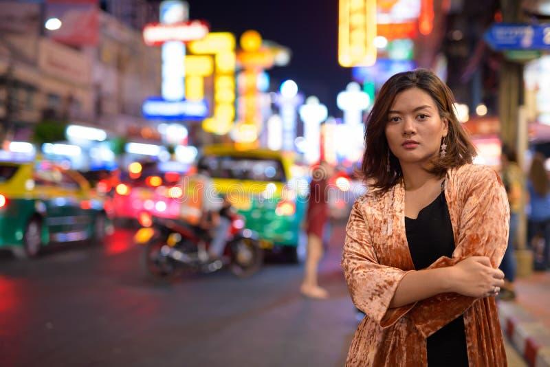 Młoda piękna Azjatycka turystyczna kobieta z rękami krzyżował przy Chinatown w Bangkok obrazy royalty free
