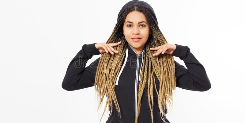 Młoda piękna kobieta - modniś w czarnej bluzie sportowej pozuje na białym tle, kopii przestrzeń obraz royalty free