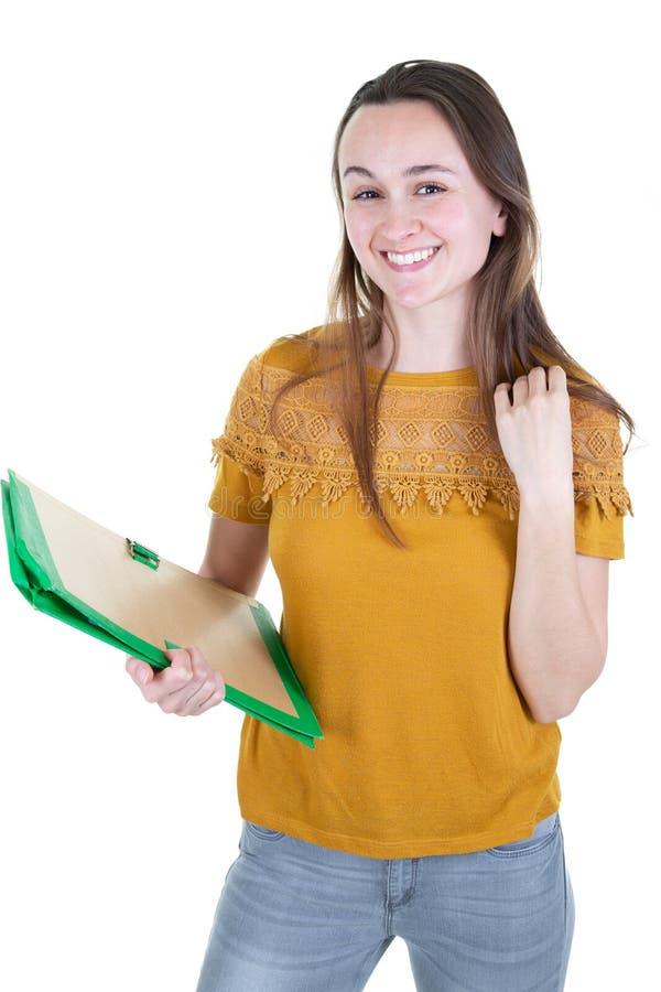 Młoda piękna kobieta odizolowywająca na biel ściany pracownianego przypadkowego dziennego styl życia mienia notatników studencki  obrazy stock