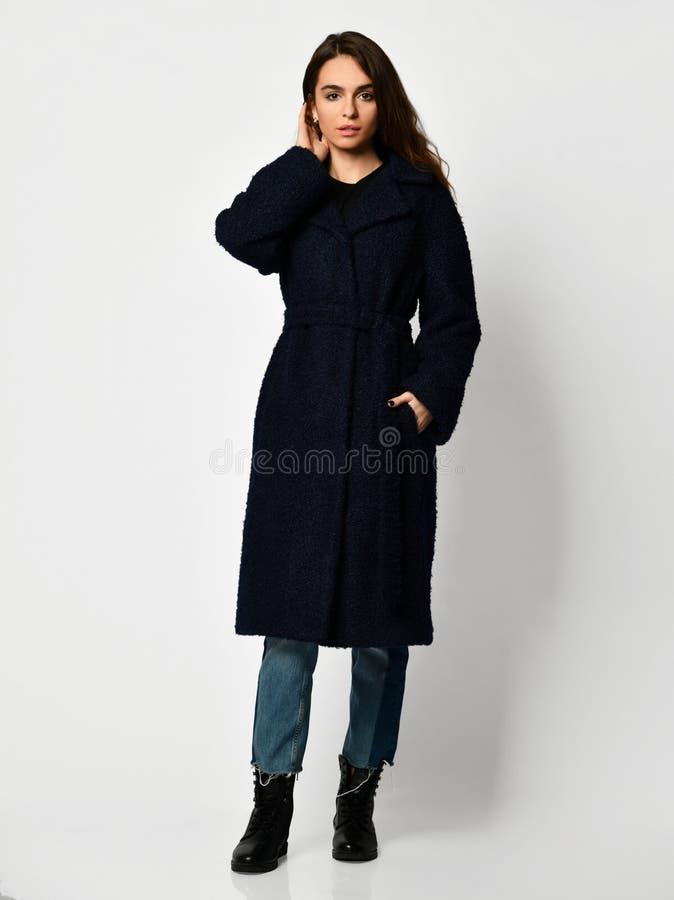 Młoda piękna kobieta pozuje w nowej długiej mody przypadkowym zmroku - błękitny zimy kurtki żakiet obraz stock