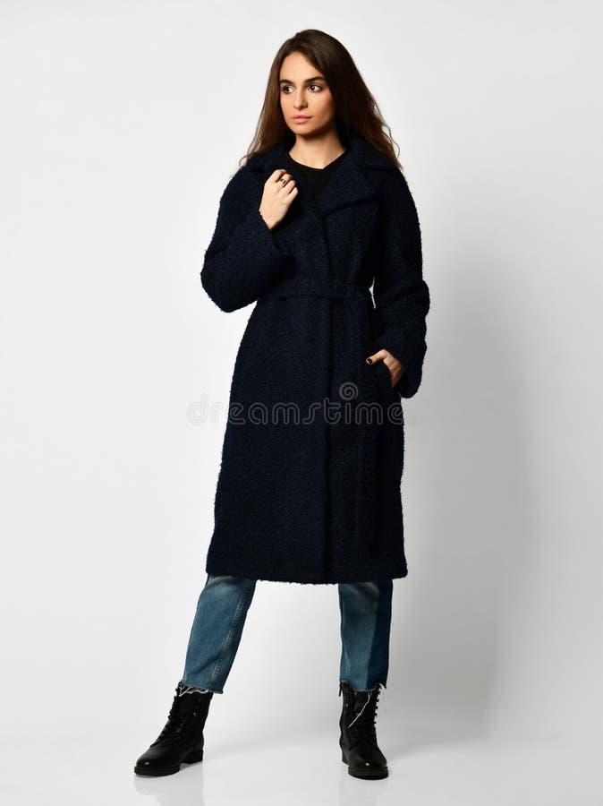 Młoda piękna kobieta pozuje w nowej długiej mody przypadkowym zmroku - błękitny zimy kurtki żakiet fotografia stock