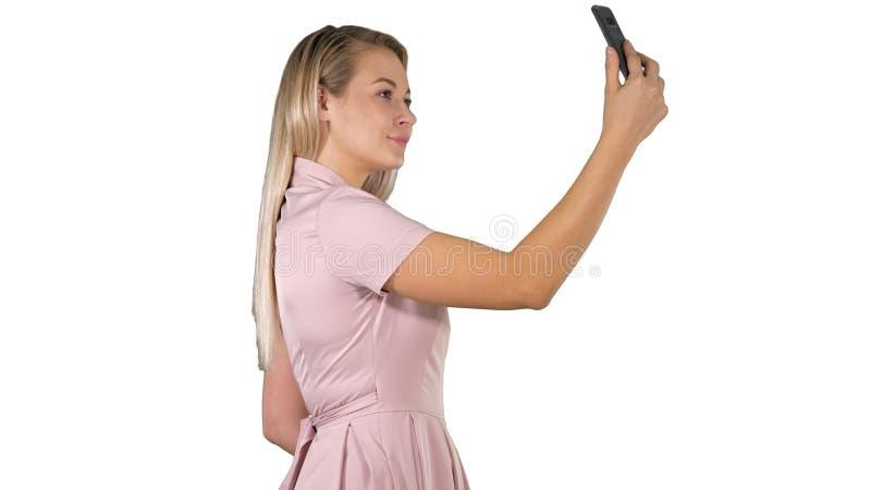 Młoda piękna kobieta robi selfie na jej telefonie na białym tle zdjęcie stock