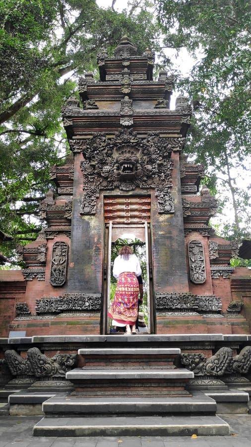 Młoda piękna turystyczna wizyty Tirta Empul świątynia w Bali, Indonezja zdjęcia stock