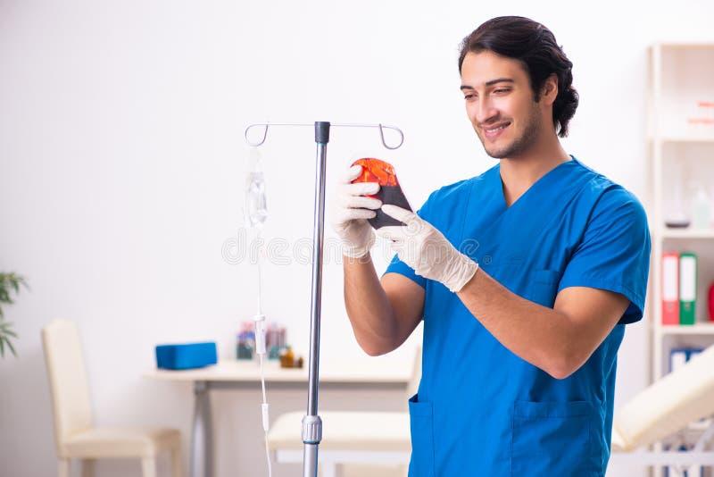 Młoda samiec lekarka w krwionośnego przetaczania pojęciu zdjęcie royalty free