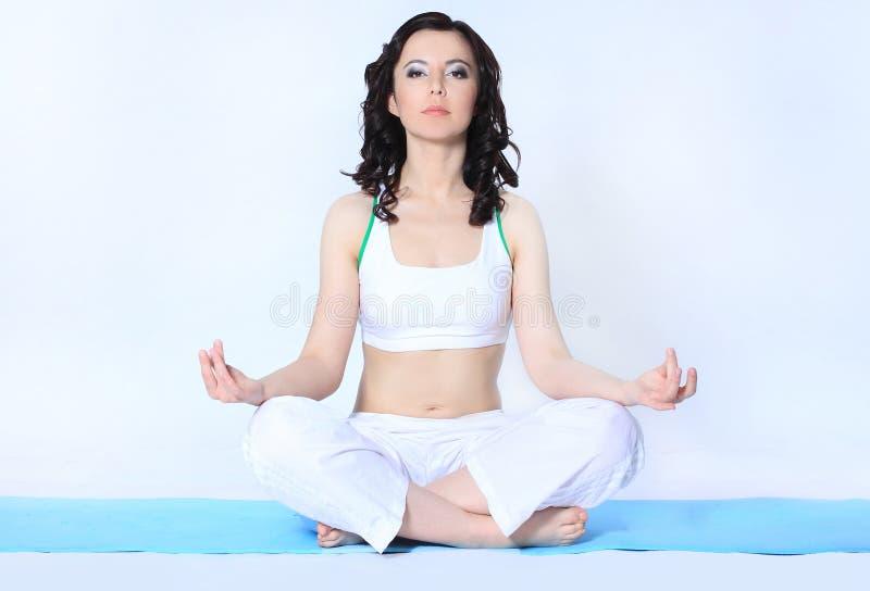 Młoda sportowa kobieta robi kompleksowi joga ćwiczy Sport i zdrowie zdjęcie stock