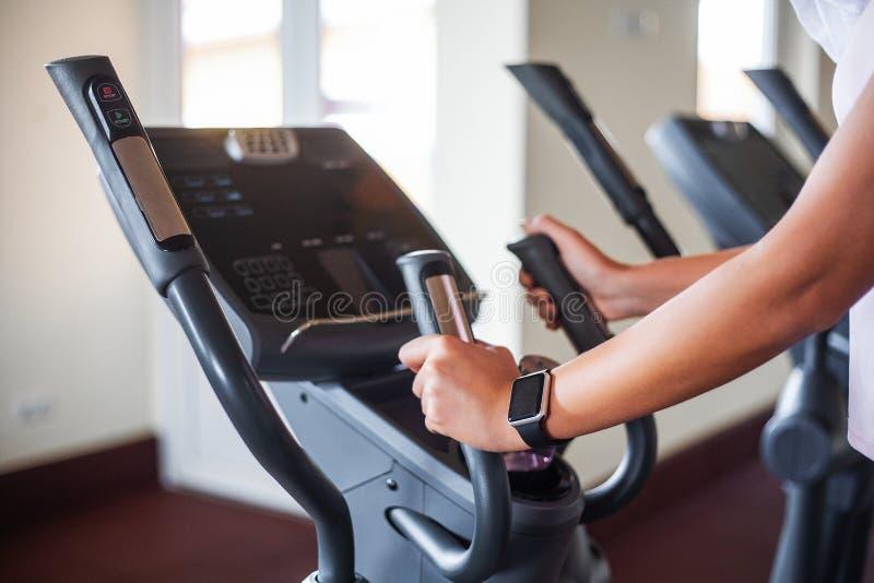 Młoda sprawności fizycznej kobieta opracowywa w gym Kobieta pracująca na ćwiczenie rowerze out obrazy stock