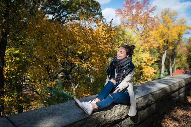 Młoda uśmiechnięta kobieta odpoczywa w Nowy Jork mieście, usa obrazy stock