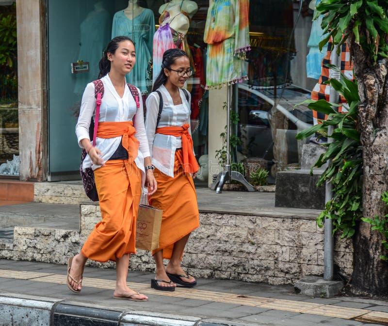 Młode kobiety chodzi na ulicie obraz royalty free