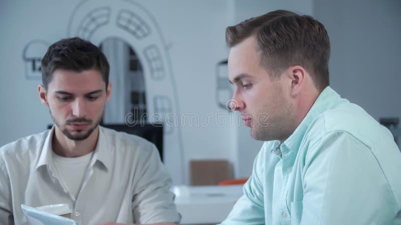 Młodego człowieka kandydat w akcydensowym wywiadzie w biurze fotografia stock