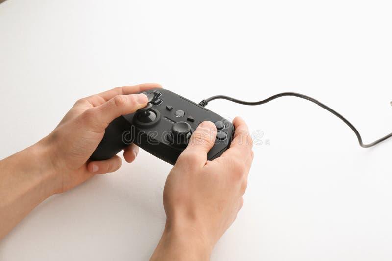 Młodego człowieka mienia gra wideo kontroler na białym tle zdjęcia stock