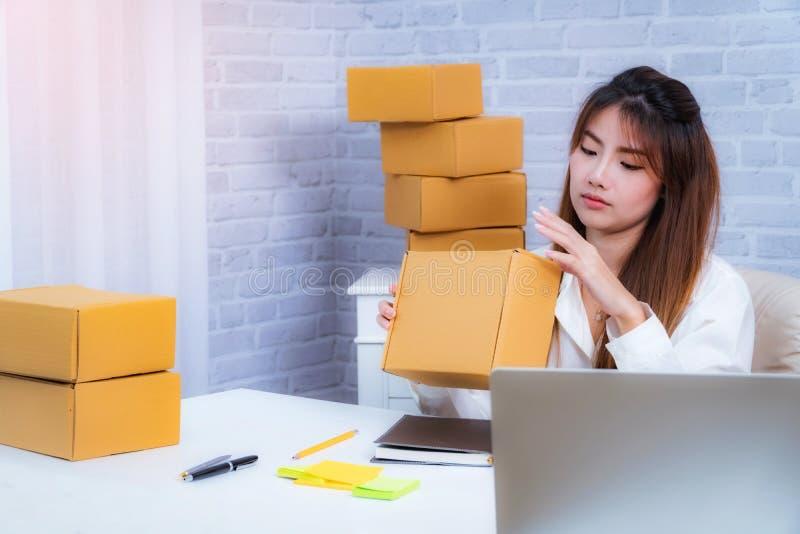 Młodej Kobiety właściciel biznesu pracuje w domu biuro pakuje na tle online robi zakupy SME przedsiębiorca lub freelance działani obrazy stock