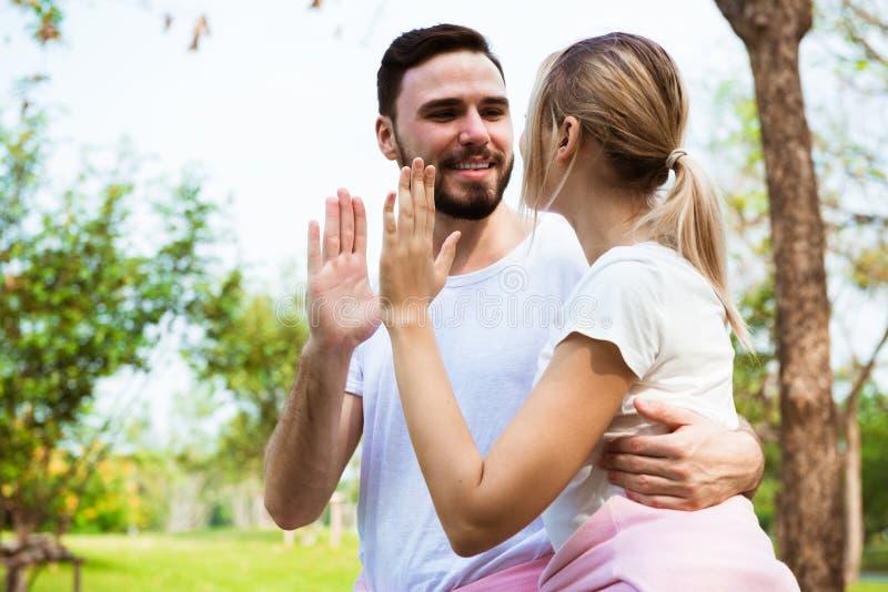 Młodej pary szczęśliwa daje wysokość pięć i rozweselać energiczna zdjęcie stock