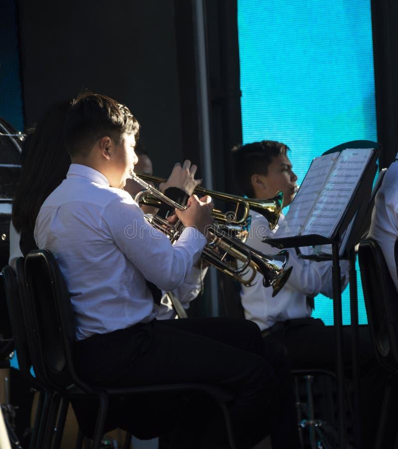 Młodość wykonuje na trąbkach w orkiestra zespole przy Disney Kalifornia przygodą zdjęcie royalty free