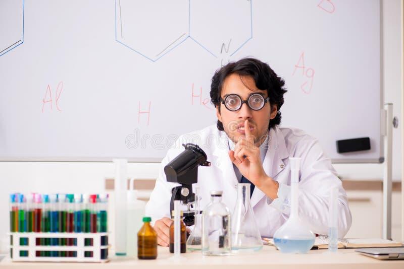 Młody śmieszny chemik przed białą deską zdjęcia royalty free