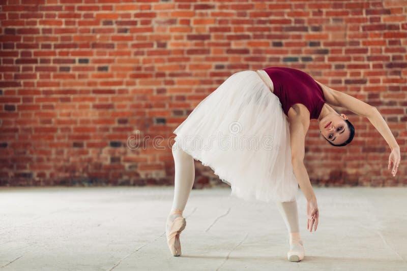 Młody baletniczy tancerz wykonuje chył zdjęcie royalty free
