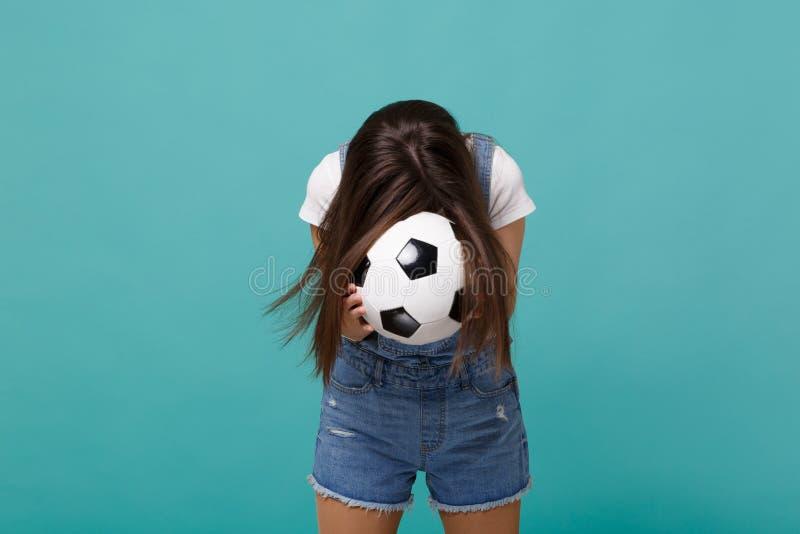 Młody brunetki kobiety fan piłki nożnej z opuszczoną kierowniczą poparcie faworyta drużyny mienia piłki nożnej piłką odizolowywaj obraz stock