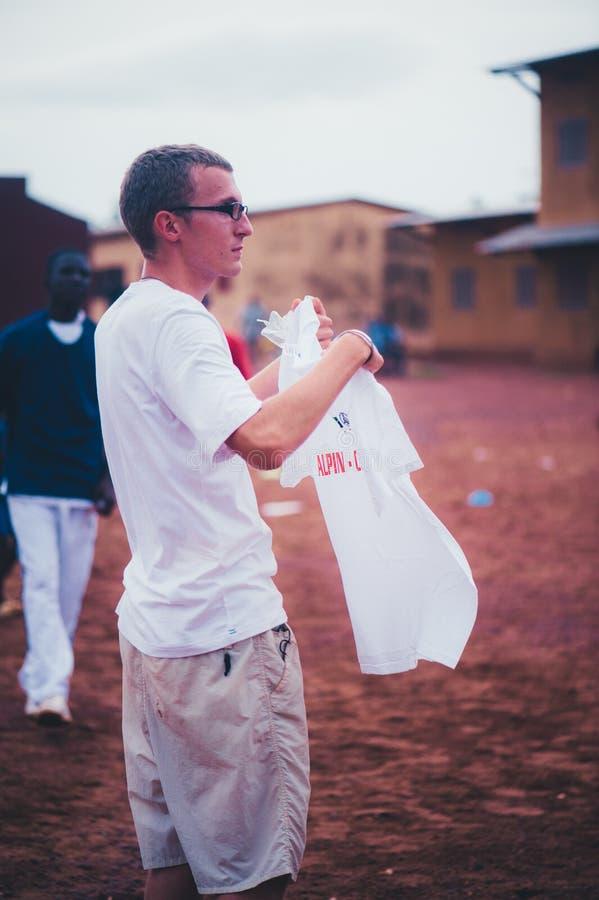 Młody caucasian mężczyzny wolontariusz jest ubranym białą koszulkę zdjęcie stock