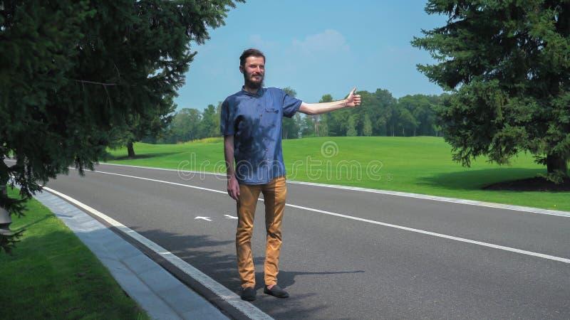Młody człowiek pozycja podwyżkami i podjazdem jego ręka zdjęcia royalty free