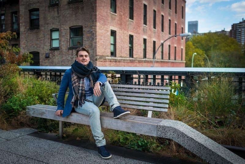 Młody elegancki mężczyzna relaksuje z widokiem na budynkach zdjęcie royalty free