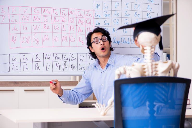 Młody męski chemika ucznia i nauczyciela kościec zdjęcie royalty free