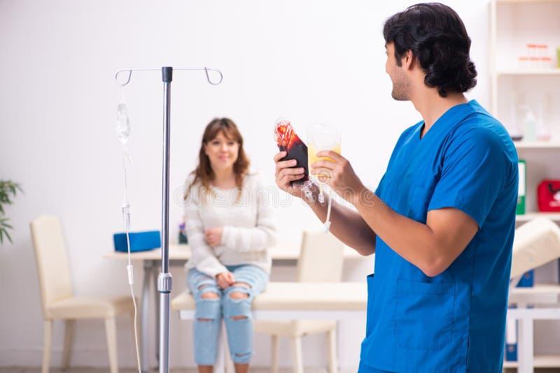 Młody męski foctor i kobiety pacjent w krwionośnego przetaczania pojęciu obraz royalty free