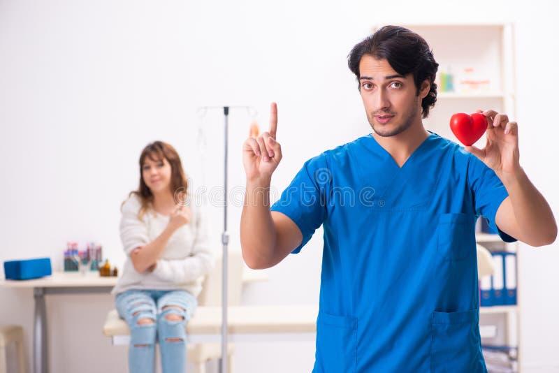 Młody męski foctor i kobiety pacjent w krwionośnego przetaczania pojęciu zdjęcia royalty free