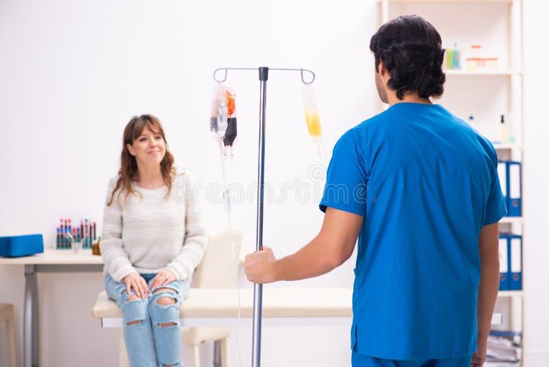 Młody męski foctor i kobiety pacjent w krwionośnego przetaczania pojęciu obrazy stock