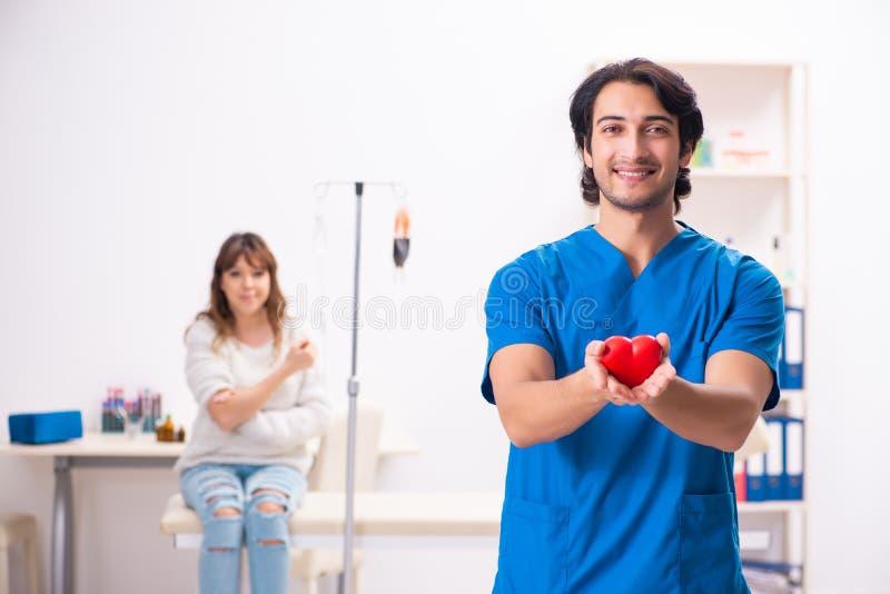 Młody męski foctor i kobiety pacjent w krwionośnego przetaczania pojęciu zdjęcie royalty free