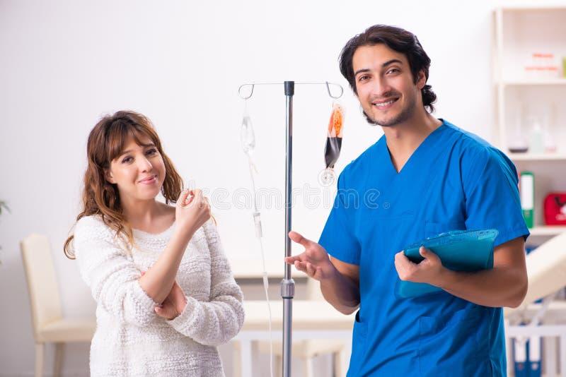 Młody męski foctor i kobiety pacjent w krwionośnego przetaczania pojęciu fotografia royalty free