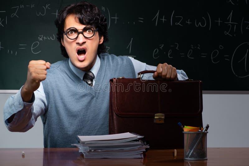 Młody nauczyciel matematyki przed chalkboard obraz royalty free