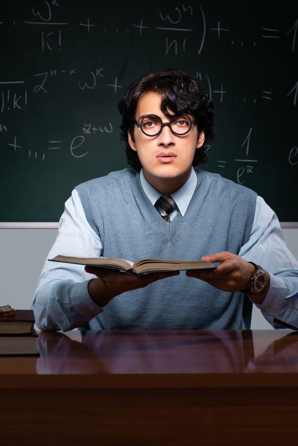 Młody nauczyciel matematyki przed chalkboard obrazy royalty free