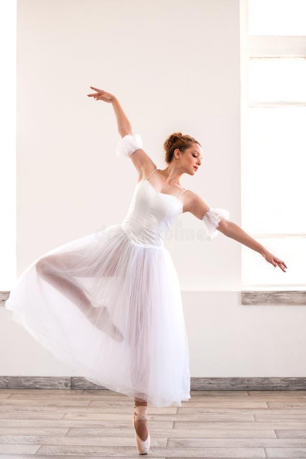 Młody pełen wdzięku balerina taniec na białym studiu fotografia royalty free