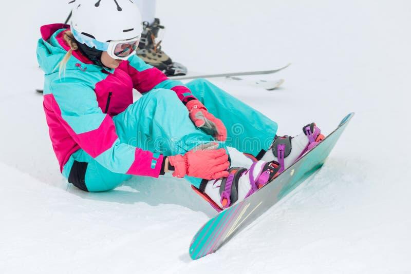Młody piękny elegancki kobiety bandażowanie na jej snowboard obrazy royalty free