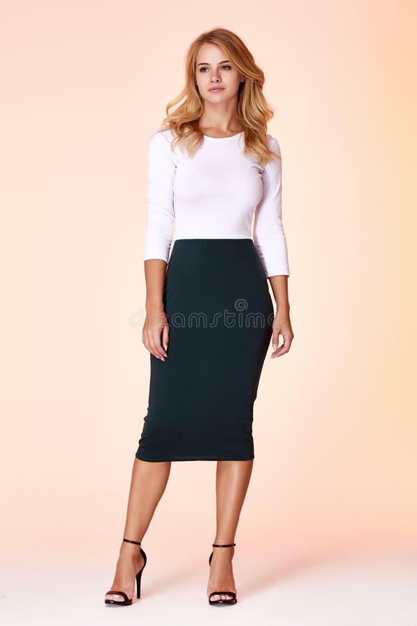Młody piękny kobieta model w białego bluzki spódnicy sukni chuderlawego tła kobiety blondynu makeup ciała pracownianym kształcie  fotografia stock