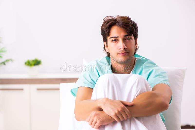 Młody przystojny mężczyzna zostaje w szpitalu fotografia stock