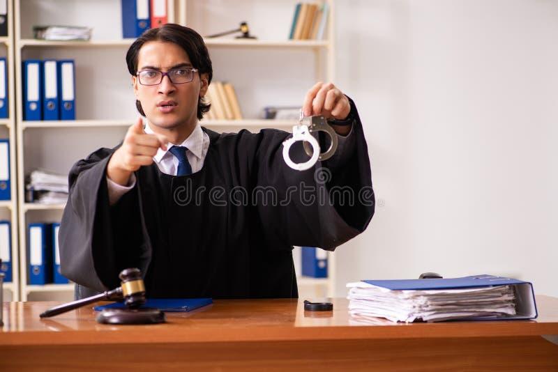 Młody przystojny sędzia pracuje w sądzie obraz royalty free