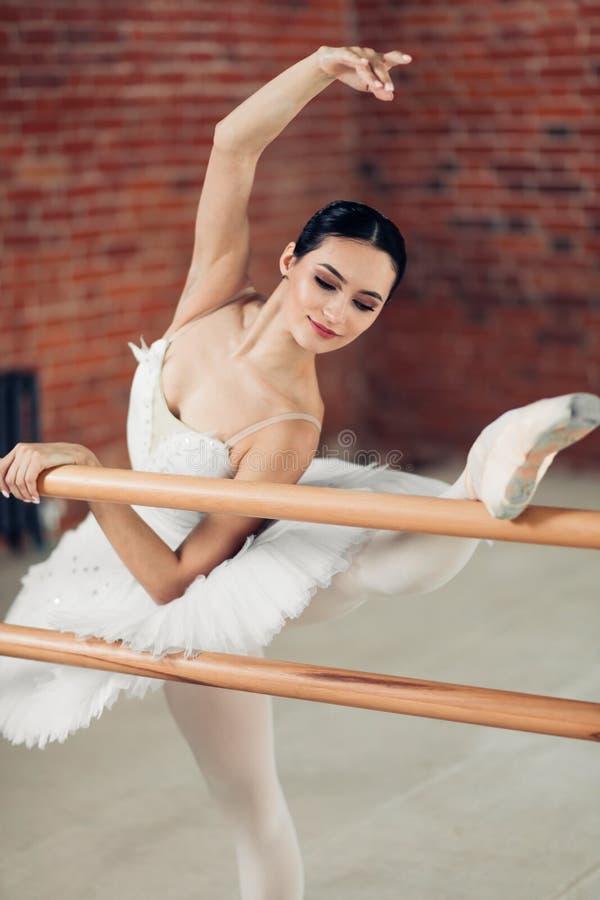 Młody tancerza spełniania chylenie w studiu obraz royalty free