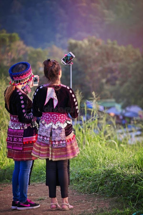 Młodzi ludzie wp8lywy selfies w Chan Raja Tajlandia obrazy stock