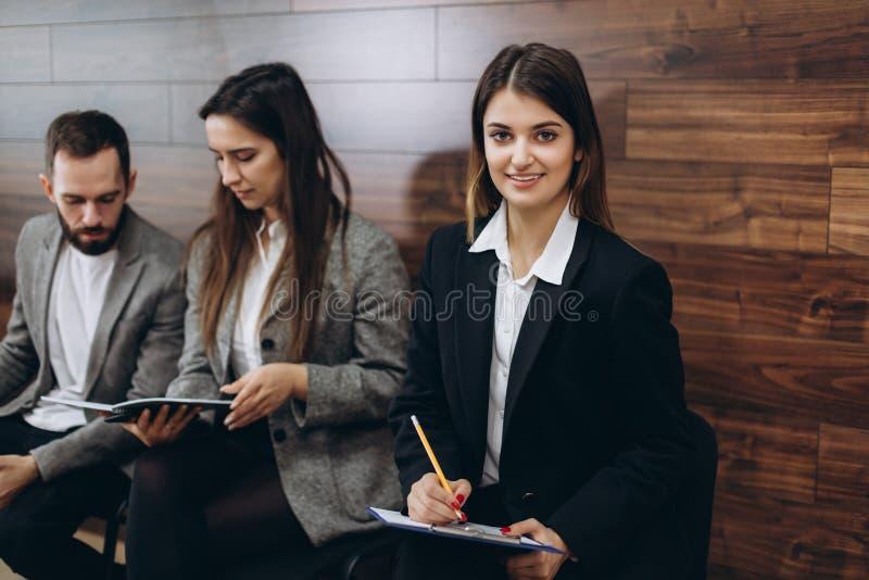 Młodzi profesjonaliści siedzą w oczekiwaniu na wywiad zdjęcie royalty free