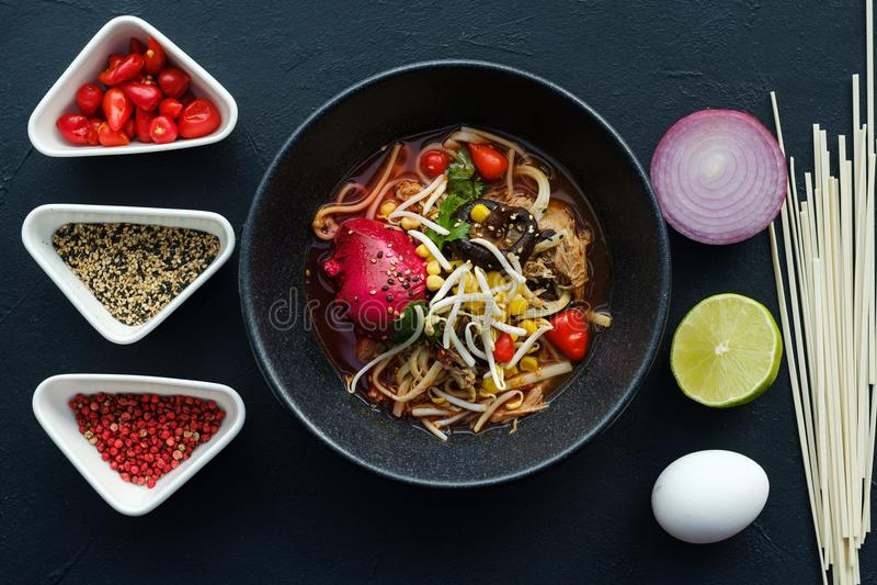 Mål för snabbmat för hemlagat recept för Ramen kinesiskt royaltyfri foto