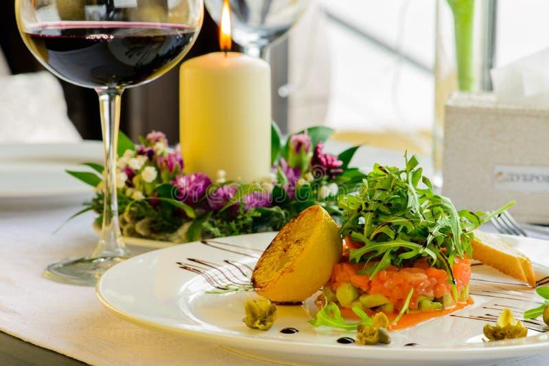 Mål i restaurangen, fisken med ny sallad, dekorerad intelligens royaltyfria bilder